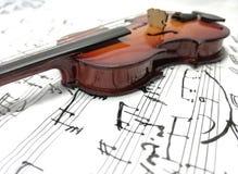 Violino messo insieme dello strumento musicale con la nota Fotografia Stock