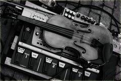 Violino na plataforma de mistura eletrônica imagem de stock