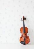 Violino na tabela branca Fotografia de Stock Royalty Free