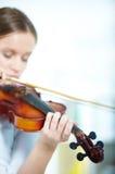 Violino nas mãos foto de stock royalty free