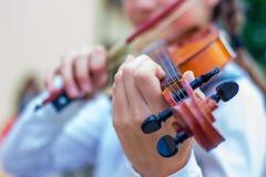 Violino nas mãos da menina ao executar o play_ musical fotografia de stock royalty free