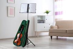 Violino nel caso e supporto della nota con gli strati di musica immagine stock libera da diritti