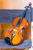 Violino nella Chair di direttore Immagine Stock Libera da Diritti