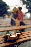 Violino no banco fotos de stock royalty free
