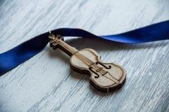 Violino no fundo cinzento de madeira Fotografia de Stock