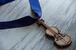 Violino su fondo grigio di legno Fotografia Stock