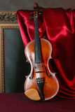 Violino su seta rossa Fotografie Stock