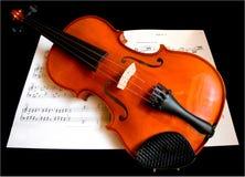 Violino su uno strato di musica Immagine Stock