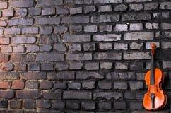 Violino sul fondo del muro di mattoni per musica del testo Immagini Stock