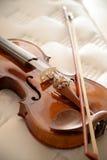 Violino sul letto Fotografia Stock