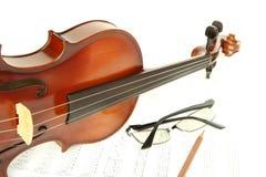 Violino sulla nota con i vetri e la matita Fotografia Stock
