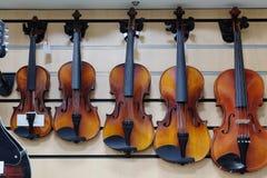 Violinos em uma loja Fotos de Stock Royalty Free