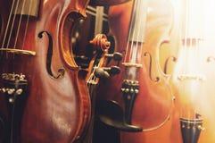Violinos na parede Imagens de Stock