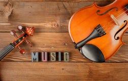 Violinos no fundo de madeira Fotografia de Stock Royalty Free
