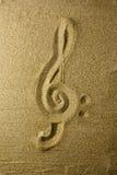 Violinschlüssel geschrieben in den Sand Lizenzfreie Stockfotos