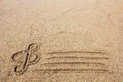 Violinschlüssel gezeichnet auf Sand auf Küste Lizenzfreie Stockfotografie