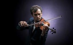 Violinst que juega en el instrumento con empatía Imagen de archivo libre de regalías