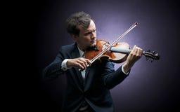 Violinst que juega en el instrumento con empatía Fotografía de archivo libre de regalías
