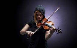 Violinst que juega en el instrumento con empatía Fotos de archivo