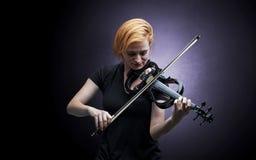 Violinst que juega en el instrumento con empatía Foto de archivo libre de regalías