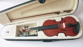 ViolinViolin dans une caisse noire avec un ensemble complet de pont et d'arc de cou dans un cas avec un cou jettent un pont sur e banque de vidéos