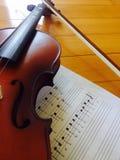 Violon avec la musique de feuille images libres de droits
