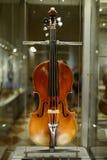 Violon dans la galerie d'Uffizi image libre de droits