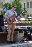 Violon de jeu de musicien dans le jour de musique de rue Photographie stock libre de droits