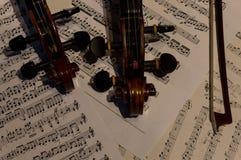 Violon en bois sur une musique de feuille photographie stock libre de droits