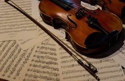 Violon en bois sur une musique de feuille photos stock