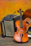 Violon, guitare et livres sur le fond en bois de l'encore-vie Photo stock