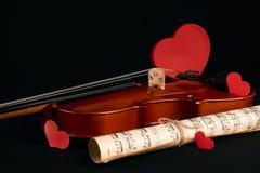 Violon, notes de musique et coeurs rouges Image stock