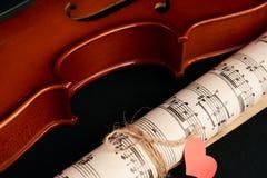 Violon, notes de musique et coeurs rouges Photo stock
