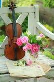 Violon, notes et bouquet antiques de source Photo libre de droits