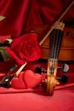 Violon, rose de rouge et coeur Photographie stock