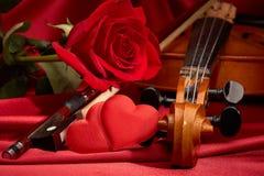 Violon, rose de rouge et coeur Photo libre de droits
