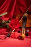 Violon, rose de rouge et coeur Photographie stock libre de droits