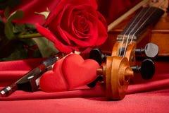 Violon, rose de rouge et coeur Image stock