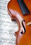 Violon sur la musique de feuille Fin vers le haut Vue supérieure Images stock