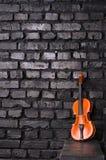 Violon sur le fond de mur de briques pour la musique des textes Images libres de droits