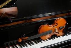 Violon sur le piano Photos stock