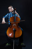 Violoncelista joven que juega música clásica en el violoncelo Imagen de archivo libre de regalías
