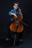 Violoncelista joven que juega música clásica en el violoncelo Fotos de archivo