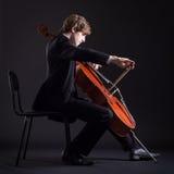Violoncelista que juega en el violoncelo Imagen de archivo libre de regalías