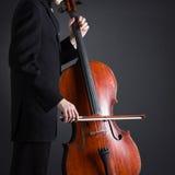 Violoncelista que juega en el violoncelo Imagen de archivo