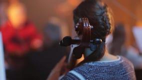 violoncell Musicant lek på violoncellen stock video