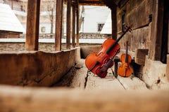 Violoncell- och fiolbenägenhet på en farstubro arkivbild
