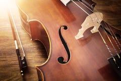 Violoncell på wood bakgrund royaltyfria foton