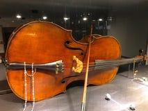 Violoncellen ligger på dess sida arkivfoton