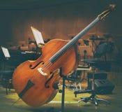 Violoncellmusikinstrument på en etapporkesterkonsert royaltyfri fotografi
